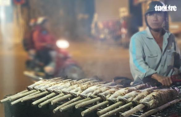 Phố cá nướng nhộn nhịp thâu đêm trước ngày vía Thần Tài - Ảnh 3.