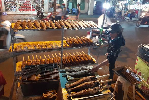 Phố cá nướng nhộn nhịp thâu đêm trước ngày vía Thần Tài - Ảnh 2.