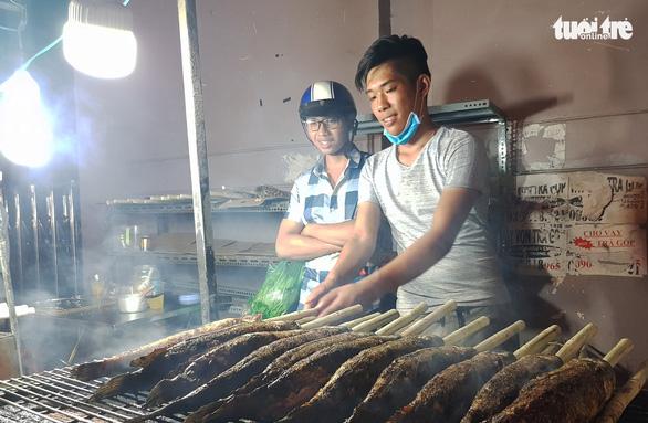 Phố cá nướng nhộn nhịp thâu đêm trước ngày vía Thần Tài - Ảnh 5.