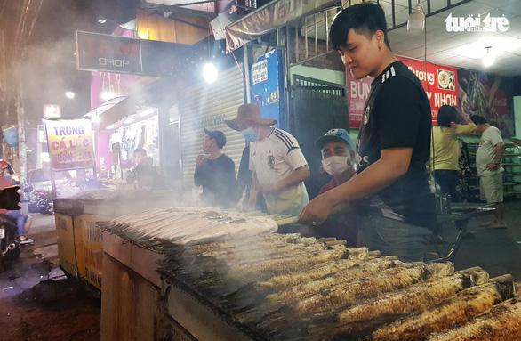 Phố cá nướng nhộn nhịp thâu đêm trước ngày vía Thần Tài - Ảnh 4.