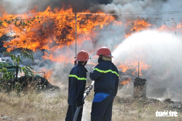 Bãi vải phế liệu của công ty cháy lớn ngay ngày khai trương - Ảnh 3.