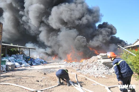 Bãi vải phế liệu của công ty cháy lớn ngay ngày khai trương - Ảnh 2.