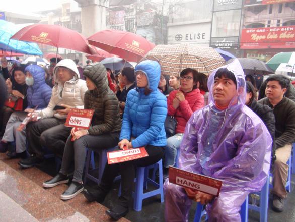Vía Thần tài, Hà Nội đội mưa từ 4h sáng mua vàng - Ảnh 3.