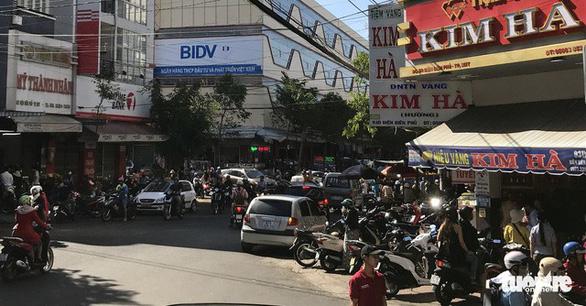Vía Thần tài, Hà Nội đội mưa từ 4h sáng mua vàng - Ảnh 12.