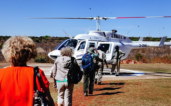 Leo lên trực thăng ngắm thác nước đẹp nhất thế giới - Ảnh 4.