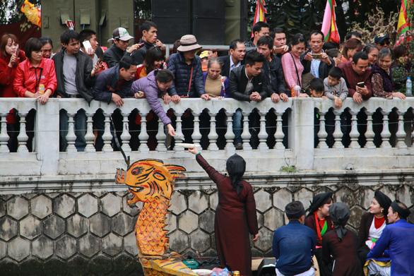 Bất chấp lệnh cấm, quan họ vẫn ngả nón xin tiền ở hội Lim - Ảnh 4.