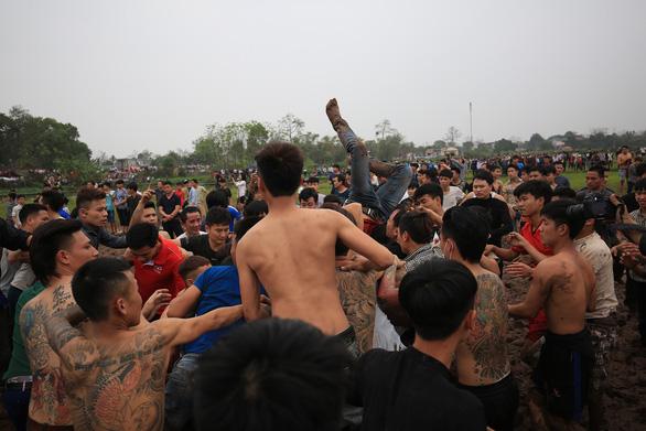 Hàng trăm thanh niên đầm mình dưới bùn tranh cướp phết - Ảnh 6.