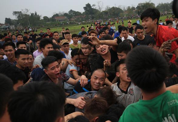 Hàng trăm thanh niên đầm mình dưới bùn tranh cướp phết - Ảnh 7.