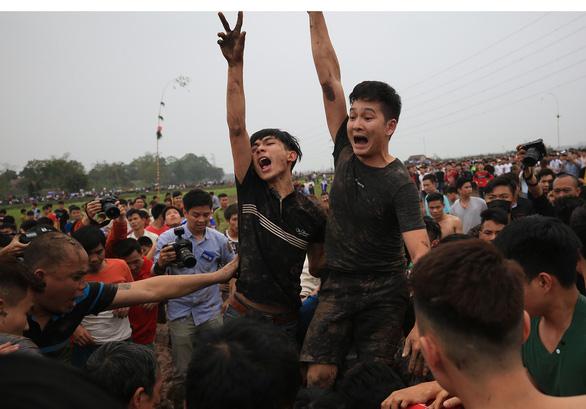 Hàng trăm thanh niên đầm mình dưới bùn tranh cướp phết - Ảnh 8.
