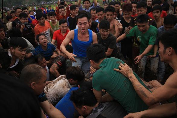 Hàng trăm thanh niên đầm mình dưới bùn tranh cướp phết - Ảnh 9.