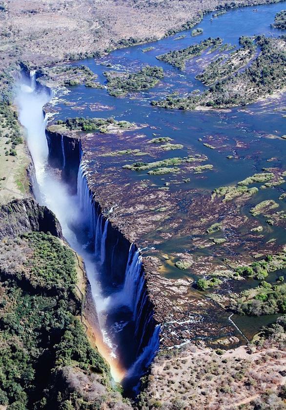 Leo lên trực thăng ngắm thác nước đẹp nhất thế giới - Ảnh 9.