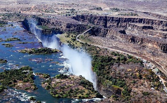 Leo lên trực thăng ngắm thác nước đẹp nhất thế giới - Ảnh 10.