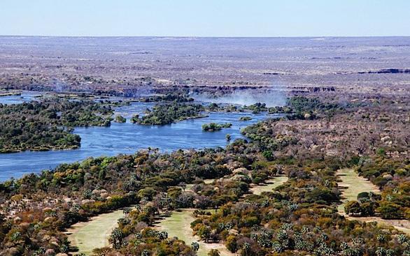 Leo lên trực thăng ngắm thác nước đẹp nhất thế giới - Ảnh 2.