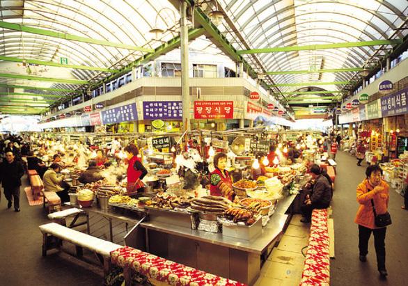 Chợ Gwangjang - thiên đường ẩm thực đường phố giữa lòng Seoul - Ảnh 1.