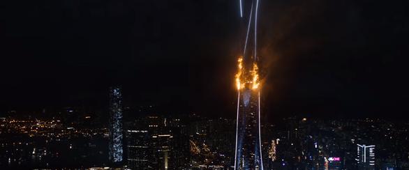 Thót tim với màn đu người trên không trong bom tấn Skyscraper - Ảnh 5.