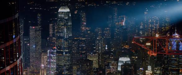 Thót tim với màn đu người trên không trong bom tấn Skyscraper - Ảnh 7.