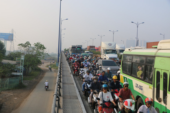 Càng về cuối năm, xa lộ Hà Nội càng kẹt cứng - Ảnh 3.