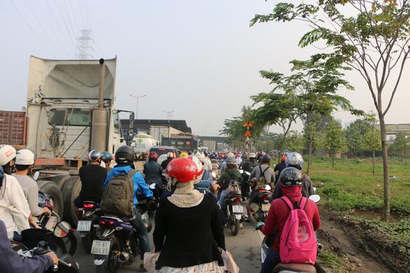 Càng về cuối năm, xa lộ Hà Nội càng kẹt cứng - Ảnh 4.