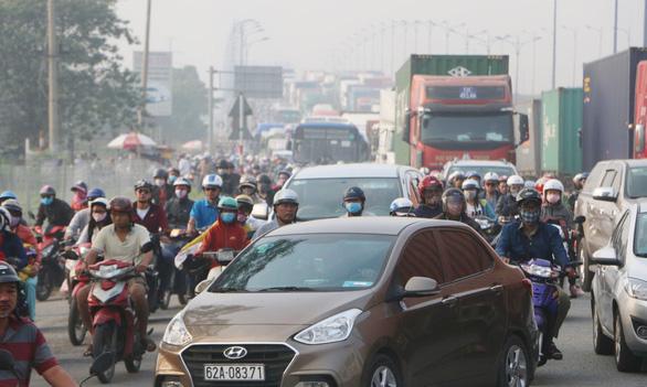 Càng về cuối năm, xa lộ Hà Nội càng kẹt cứng - Ảnh 1.
