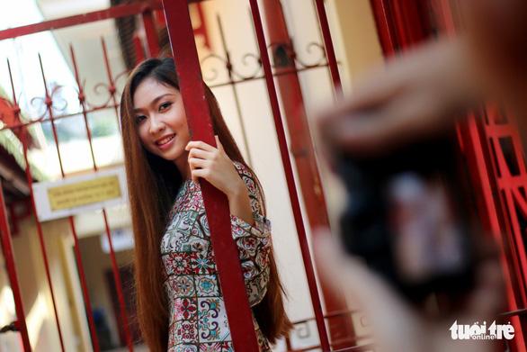 Thiếu nữ Sài Thành rạng rỡ du xuân với áo dài cổ điển - Ảnh 1.