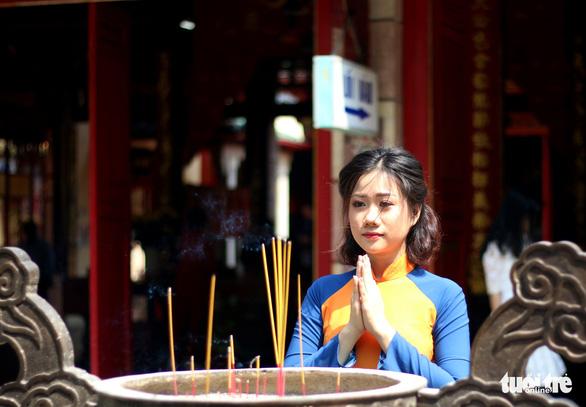 Thiếu nữ Sài Thành rạng rỡ du xuân với áo dài cổ điển - Ảnh 12.