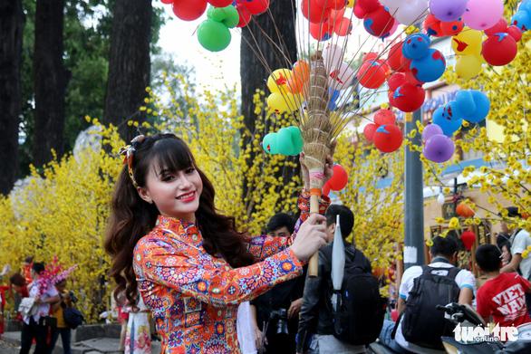 Thiếu nữ Sài Thành rạng rỡ du xuân với áo dài cổ điển - Ảnh 4.