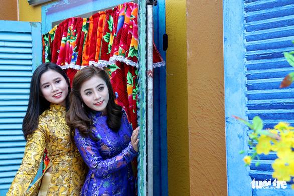 Thiếu nữ Sài Thành rạng rỡ du xuân với áo dài cổ điển - Ảnh 6.