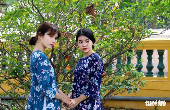 Thiếu nữ Sài Thành rạng rỡ du xuân với áo dài cổ điển - Ảnh 7.