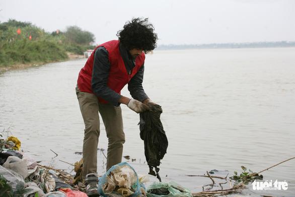 Chàng Tây dọn rác ngày cúng Táo Quân - Ảnh 2.
