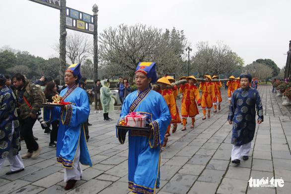 Thích thú với lễ dựng nêu đón Tết trong Hoàng cung Huế - Ảnh 1.