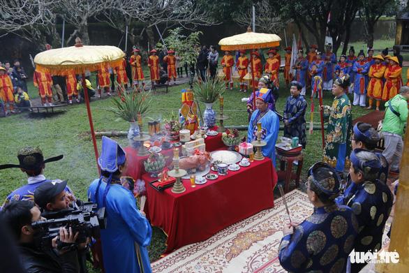 Thích thú với lễ dựng nêu đón Tết trong Hoàng cung Huế - Ảnh 4.