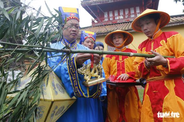 Thích thú với lễ dựng nêu đón Tết trong Hoàng cung Huế - Ảnh 2.