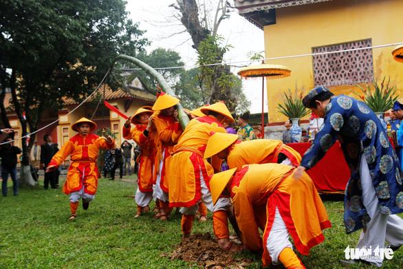 Thích thú với lễ dựng nêu đón Tết trong Hoàng cung Huế - Ảnh 6.