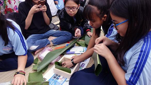 Học trò Sài Gòn gói bánh tét đón tết - Ảnh 4.