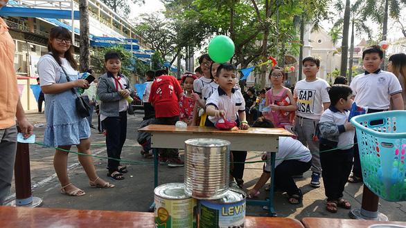 Học trò Sài Gòn gói bánh tét đón tết - Ảnh 11.