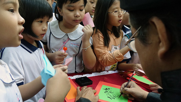Học trò Sài Gòn gói bánh tét đón tết - Ảnh 13.