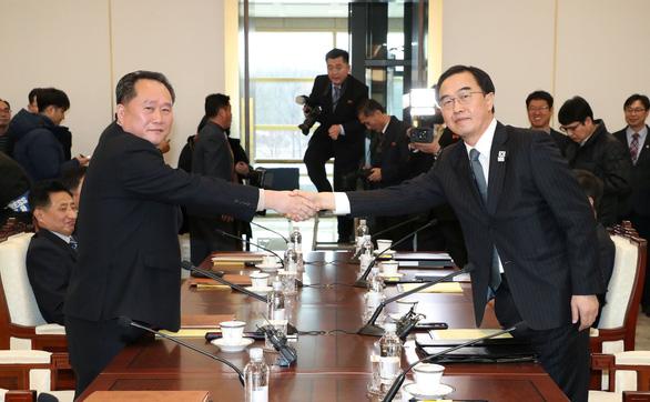 Đại diện liên Triều gặp nhau, tay bắt mặt mừng - Ảnh 1.
