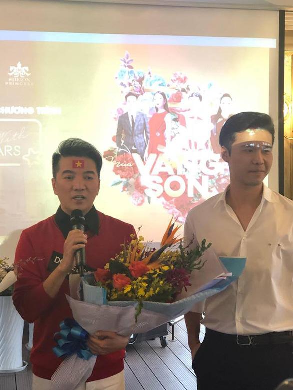 Mỹ Tâm, Đàm Vĩnh Hưng cầm cờ đi bão mừng chiến thắng U-23 VN - Ảnh 8.
