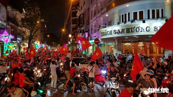 Mỹ Tâm, Đàm Vĩnh Hưng cầm cờ đi bão mừng chiến thắng U-23 VN - Ảnh 4.