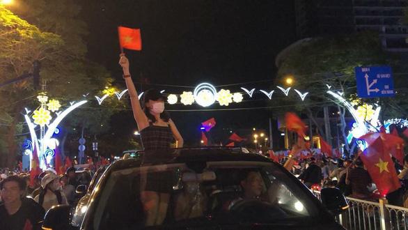 Mỹ Tâm, Đàm Vĩnh Hưng cầm cờ đi bão mừng chiến thắng U-23 VN - Ảnh 1.