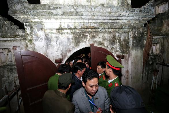 Hàng nghìn đại biểu chen lấn trước giờ khai ấn đền Trần - Ảnh 2.