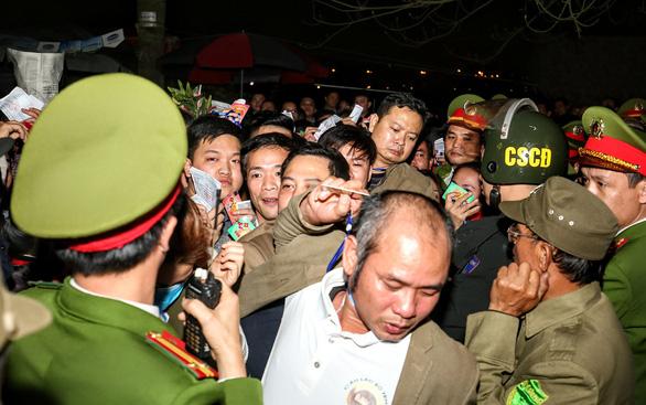Hàng nghìn đại biểu chen lấn trước giờ khai ấn đền Trần - Ảnh 1.