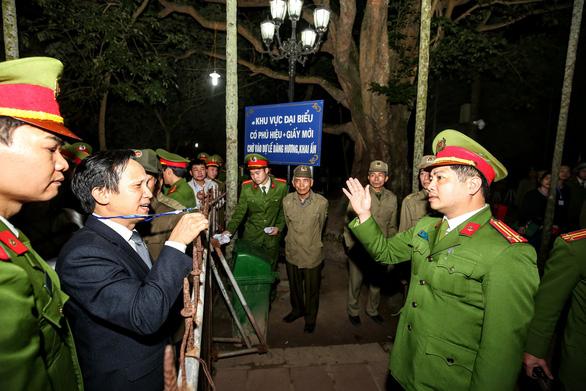 Hàng nghìn đại biểu chen lấn trước giờ khai ấn đền Trần - Ảnh 3.