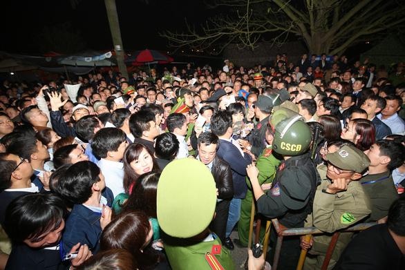 Hàng nghìn đại biểu chen lấn trước giờ khai ấn đền Trần - Ảnh 4.