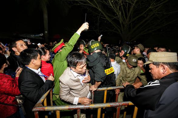 Hàng nghìn đại biểu chen lấn trước giờ khai ấn đền Trần - Ảnh 5.