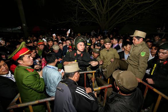 Hàng nghìn đại biểu chen lấn trước giờ khai ấn đền Trần - Ảnh 6.