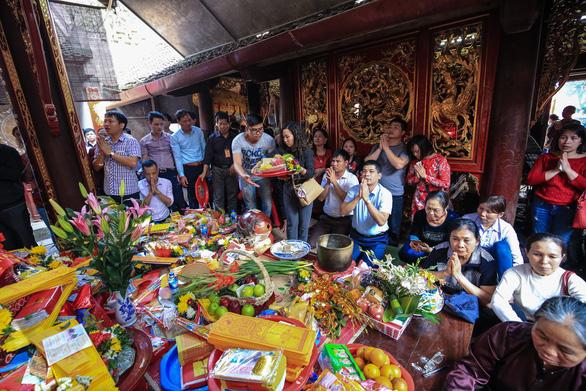 Đại biểu ném tiền, cướp lộc tại đền Trần sẽ bị phê bình nhắc nhở - Ảnh 1.