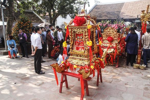 Đại biểu ném tiền, cướp lộc tại đền Trần sẽ bị phê bình nhắc nhở - Ảnh 4.