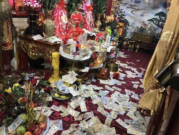 Tiền lẻ bủa vây khu thờ tự đền Bà Chúa Kho - Ảnh 3.