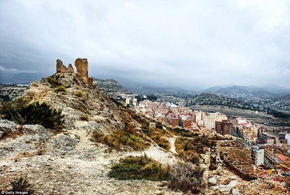 Vòng quanh các lâu đài bỏ hoang trên thế giới - Ảnh 14.